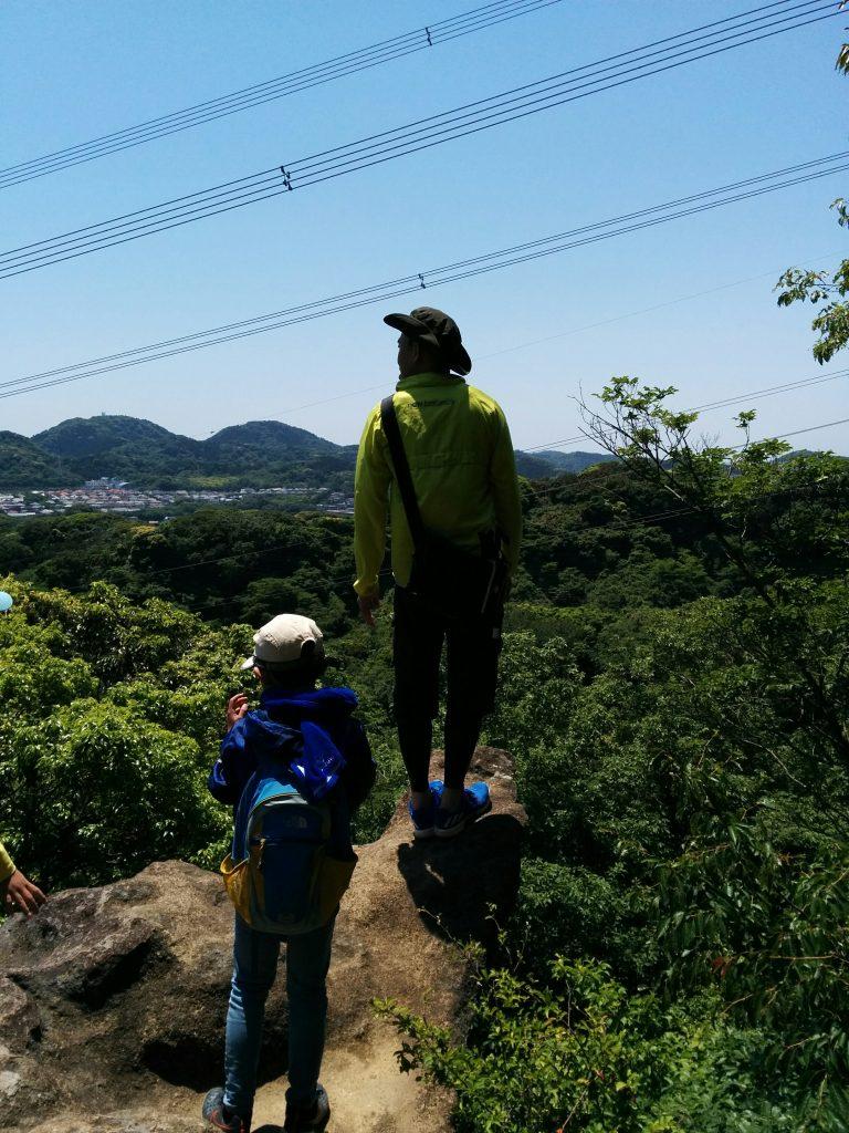 鷹取山から神武寺へ向かうハイキングコースではこんな岩場の絶景ポイントが!