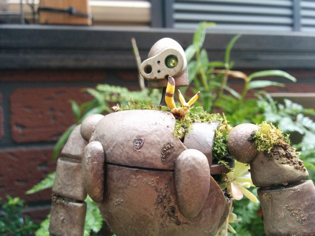 コケの生えたロボット兵とキツネリス