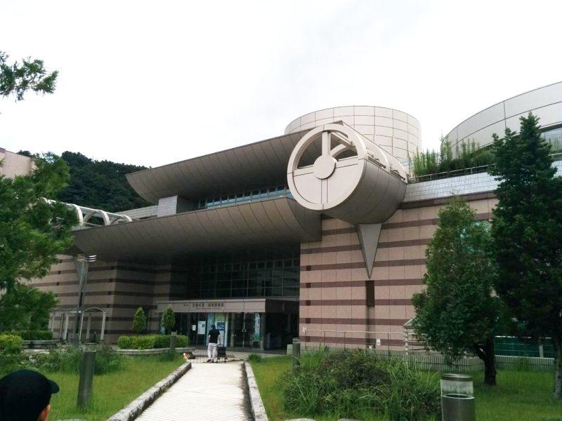 地球博物館 入り口前