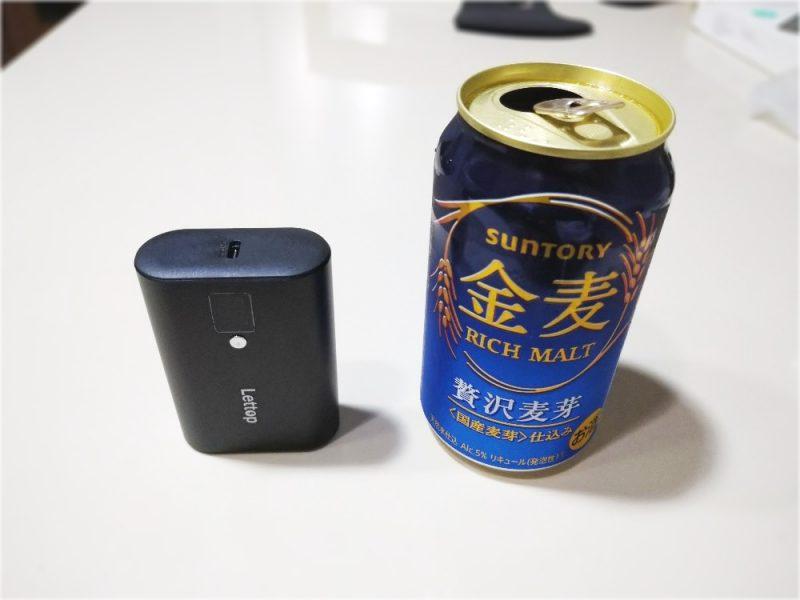 Lettopのモバイルバッテリーの大きさ。350mlの缶とくらべてみて。小さい。
